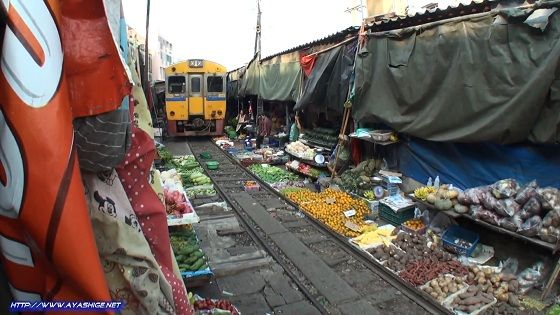 Maeklong-Market-Bangkok-Train